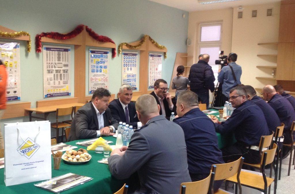 Spotkanie podsumowujące działania w zakresie poprawy bezpieczeństwa ruchu drogowego, podczas którego WORD w Radomiu przekazał Policji alkomaty.